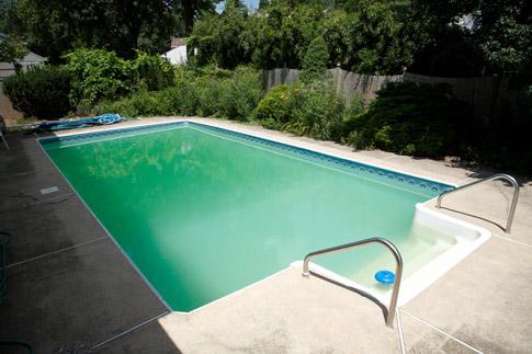 comment-eliminer-algues-verte-piscine